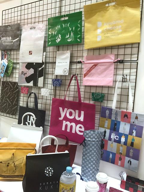 展示される様々な不織布袋