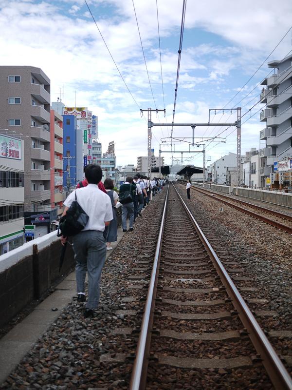電車を降り、高架上を歩く